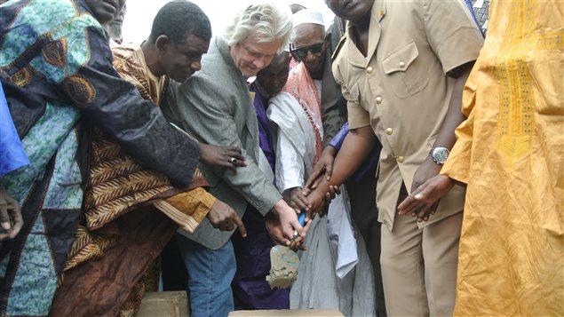 Le représentant de l'ambassade du Canada au Sénégal, Guy Banville, a participé à la pose de la première pierre du futur centre de santé Christine Sasseville, à Montréal au Sénégal, en présence de dignitaires locaux.