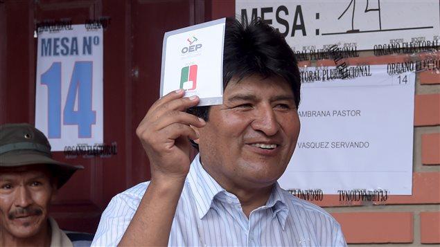 Le président bolivien Evo Morales vote au référendum, dimanche.