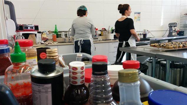 La cuisine où l'on fabrique les boîtes à lunch