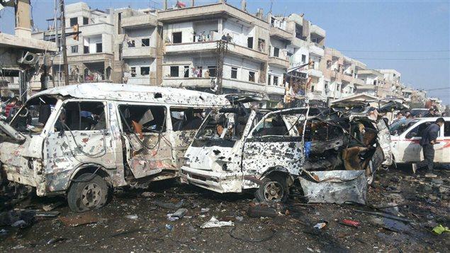 Les carcasses de véhicules  détruits par les explosions  dans la ville de Homs contrôlée par le gouvernement