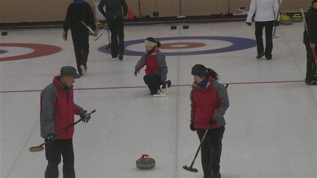 Équipe de curling sur la glace