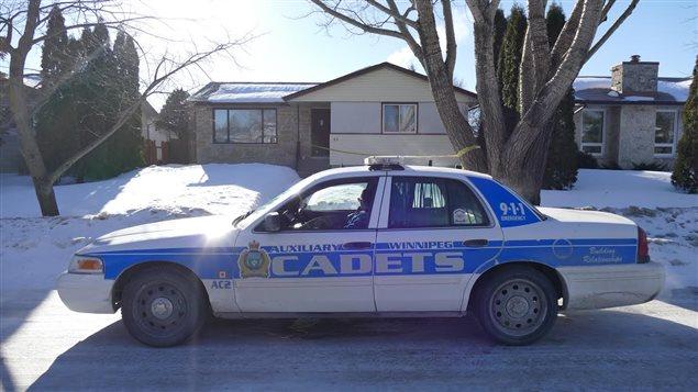 Une voiture du Service de police de Winnipeg garde une maison du croissant Bayne, dans le quartier North Kildonan, le matin du 21 février 2016.