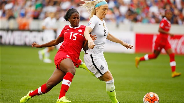 La Canadienne Nichelle Prince (#15) bataille pour le ballon face à l'Américaine Julie Johnston (#8)