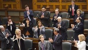 La première ministre Kathleen Wynne est applaudie après la présentation d'excuses au nom de la province à l'endroit des enseignants francophones.