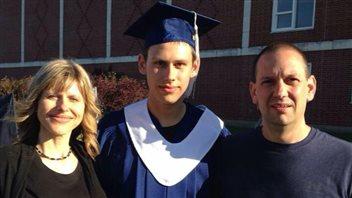 Brady Grattan avec ses parents, après la cérémonie de remise des diplômes de l'école secondaire Leo Hayes, l'an dernier, à Fredericton.