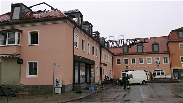 La police et les pompiers se tiennent devant l'hôtel Husarenhof dans l'est de Bautzen, en Allemagne, le 21 février 2016. L'hôtel qui planifiait d'accueillir des migrants dès mars 2016 a été partiellement en proie aux flammes dimanche matin.