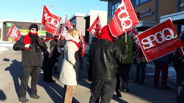 Des manifestants devant les bureaux de Sam Hamad.