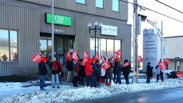 Une vingtaine de syndiqués du SPGQ ont manifesté devant les bureaux du député Luc Fortin à Sherbrooke.