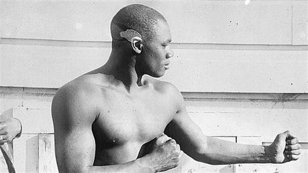 Sam Langford qui pose pour la caméra au début du 20e siècle.