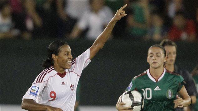 Candace Chapman (à gauche) après avoir marqué contre le Mexique au tournoi de la CONCACAF au Stade Beto Avila à Cancún en 010.