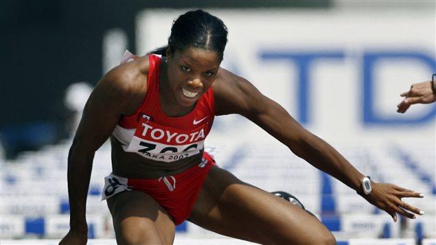 Perdita Felicien en plein saut au-dessus d'une haie, pendant un 100 m haies, au Championnat du monde d'athlétisme à Osaka en 2007.