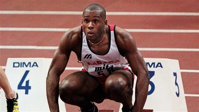 Bruny Surin qui se concentre avant son départ au 60 m aux Championnats du monde d'athlétisme en salle au Stade Bercy à Paris en 1997.