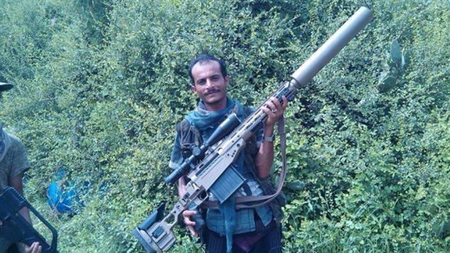 Cette photo, publiée sur Twitter, montre un rebelle houthi brandissant ce qui est vraisemblablement un fusil de précision pour tireur d'élite LRT-3.