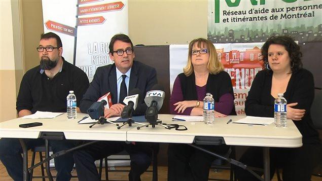 De gauche à droite, François Villemure, directeur général de l'Avenue hébergement communautaire, le chef péquiste Pierre Karl Péladeau, la députée péquiste Carole Poirier, et la coordonnatrice adjointe du RAPSIM, Marjolaine Despars.