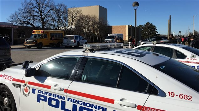 La police enquête sur une agression au couteau à l'école Dunbarton de Pickering.