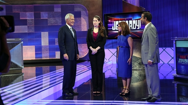 Alex Trebek et des concurrents de l'émission « Jeopardy! »