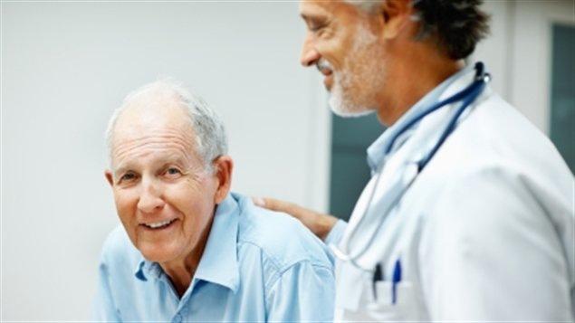 Un aîné et son médecin