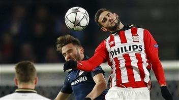 Saul Niguez de l'Atletico dispute le ballon à Gaston Pereiro du PSV