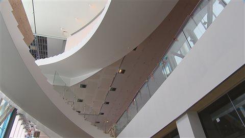 L'imposant escalier en porte-à-faux est réparti en plusieurs paliers.