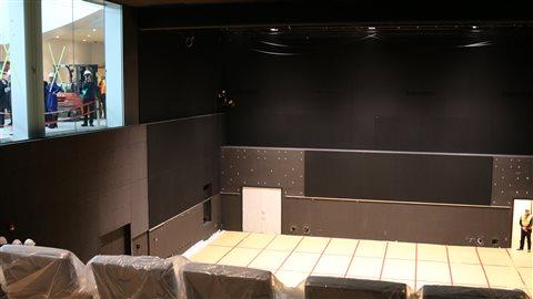 Le nouvel auditorium doté d'une grande fenestration  s'étend sur trois niveaux en terme de verticalité.