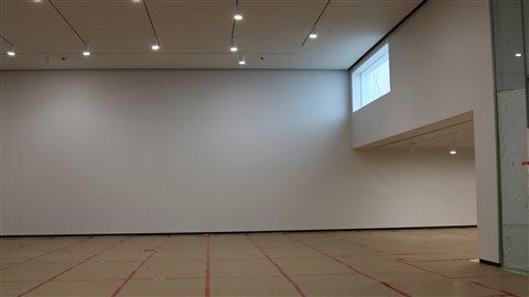 Les immenses salles d'exposition de 1300 mètres carrés comptent une fenêtre offrant un point de vue sur l'extérieur.