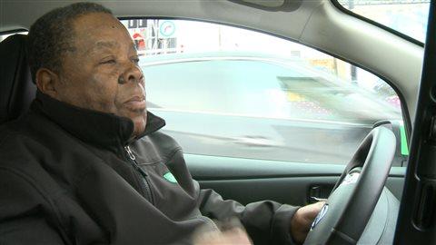 Wilfrid, chauffeur d'un taxi Téo