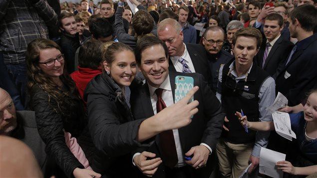 Marco Rubio se fait photographier avec une partisane à Grand Rapids, au Michigan, le soir du caucus du Nevada.