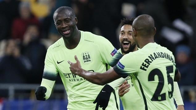 Yaya Toure félicitié par deux coéquipiers