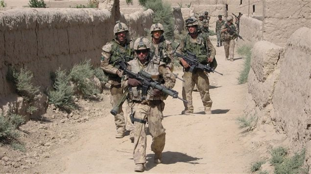 Les troupes canadiennes patrouillent dans le village afghan de Zangadin à la recherche de talibans.