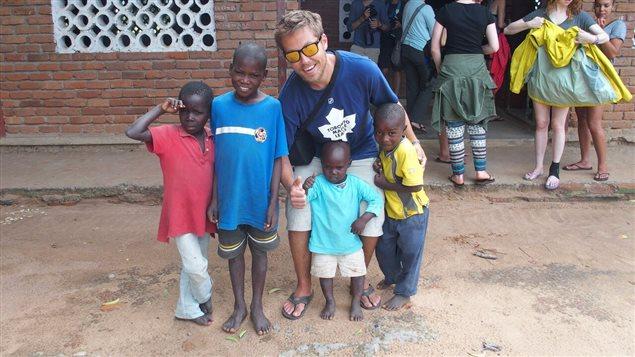 Dylan Corbett, cofondateur de l'entreprise The Hunger Republic, lors d'un voyage au Kenya.