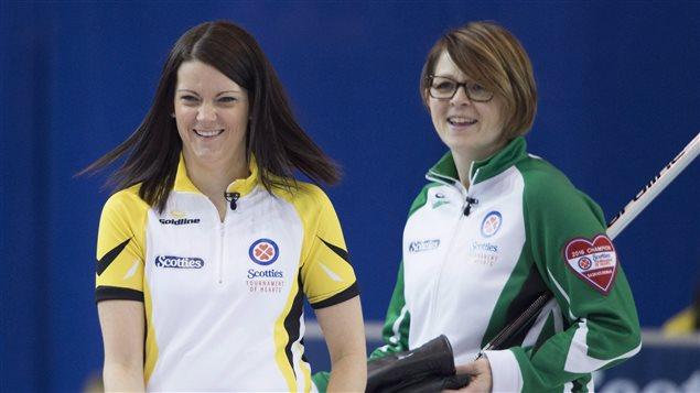 La capitaine du Manitoba, Kerri Einarson (en jaune) et celle de la Saskatchewan, Jolene Campbell (en vert) pourraient s'affronter en bris d'égalité au Tournois des coeurs