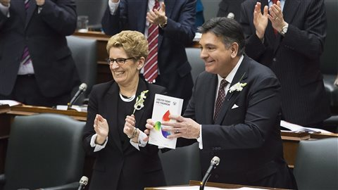 Le ministre des Finances, Charles Sousa, dépose le budget 2016, en compagnie de la première ministre Kathleen Wynne.