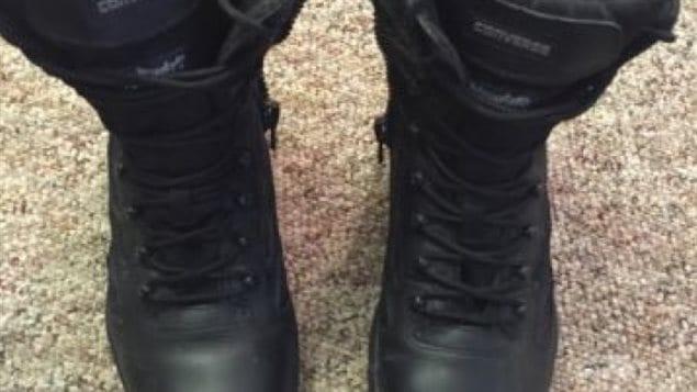 Ces bottes tactiques figurent parmi une douzaine d'items que le policier aurait tenté de vendre sur Kijiji