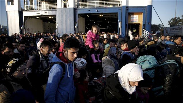 Des réfugiés arrivent à Athènes après avoir transité par les iles de Lesbos et Chios