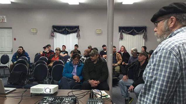 Des acériculteurs dans une salle de réunion