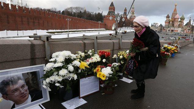 Une femme dépose des fleurs à l'endroit où Boris Nemtsov a été tué.