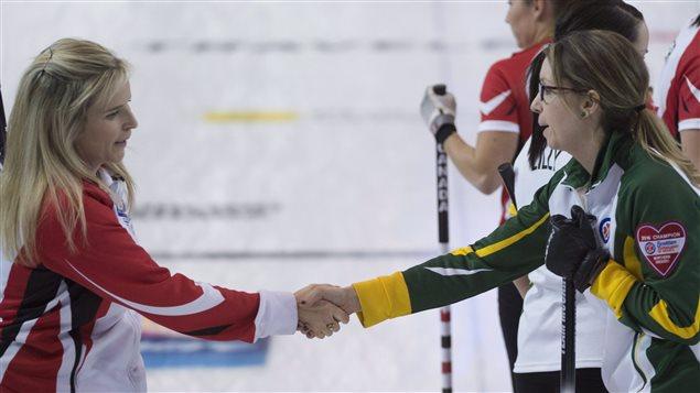 La capitaine d'Équipe Canada, Jennifer Jones (à gauche), félicite la capitaine de l'équipe du Nord de l'Ontario, Krista McCarville à la suite de sa victoire en demi-finale du Tournoi des coeurs