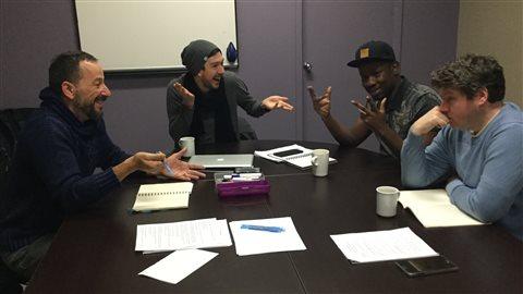 Joey Lespérance (gauche), Pierre-Bruno Rivard (centre) et deux autres participants à l'atelier d'écriture Juste pour rire à Vancouver.
