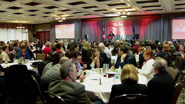 Les délégués se rassemblent au congrès politique du Parti libéral du Canada en Alberta, le 27 février 2016, à l'hôtel Sutton Place, à Edmonton.