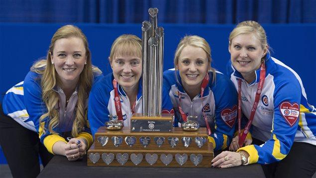 Les membres de l'équipe de l'Alberta, championnes du Tournoi des coeurs: la capitaine Chelsea Carey, Amy Nixon, Jocelyn Peterman et Laine Peters