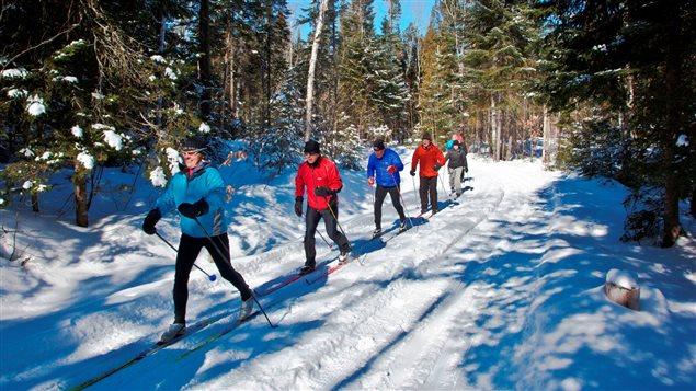 Des fondeurs glissent sur la neige de Saint-Donat.