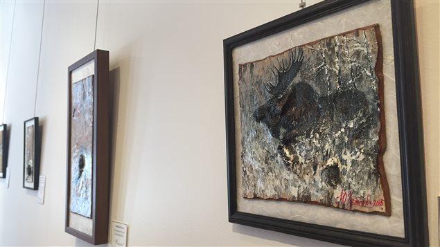 Des oeuvres de la peintre Yuliya Chernyshova réalisées sur des écorces de bouleau.
