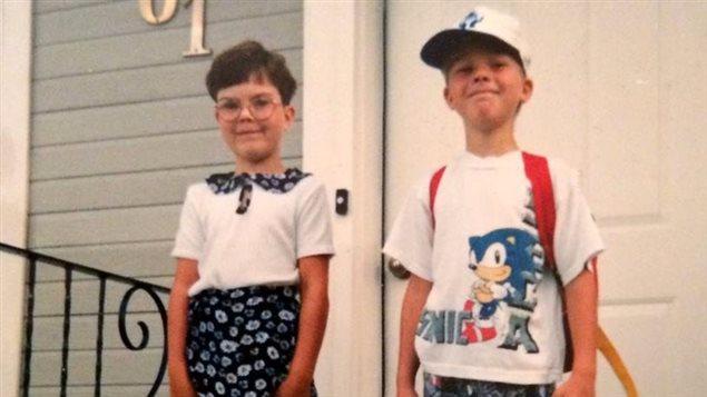Kailey Baum et son frère, Cory Baum, devant leur maison à Unity.