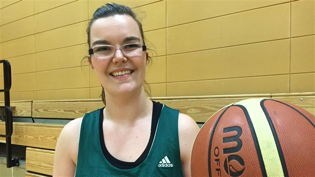 Kailey Baum à sa pratique de  basketball en fauteuil roulant.