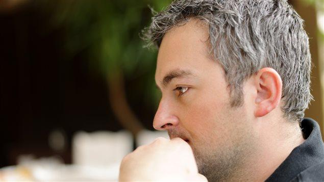 Un homme aux cheveux gris