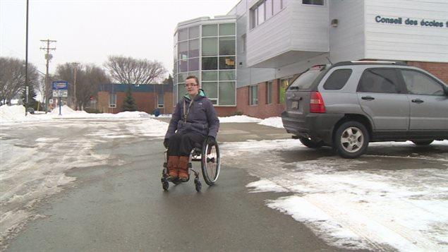 Kailey Baum arrive pour son entraînement de basketball en fauteuil roulant.