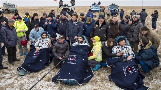 Les trois astronautes quelques minutes après le retour sur terre.