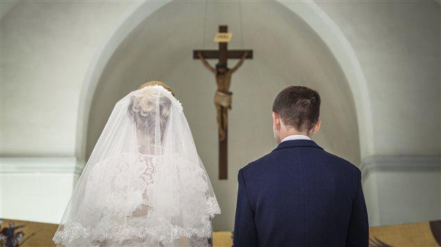 Un couple se marie à l'église