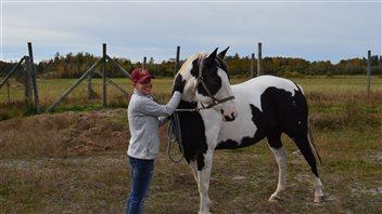 Selene Selinger avec un des chevaux du futur sanctuaire Quartz Ridge, à Hagar