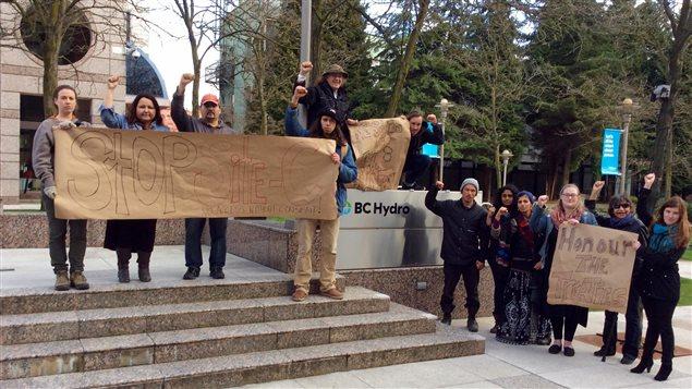 Des opposants au site C devant les locaux de BC Hydro au centre-ville de Vancouver.